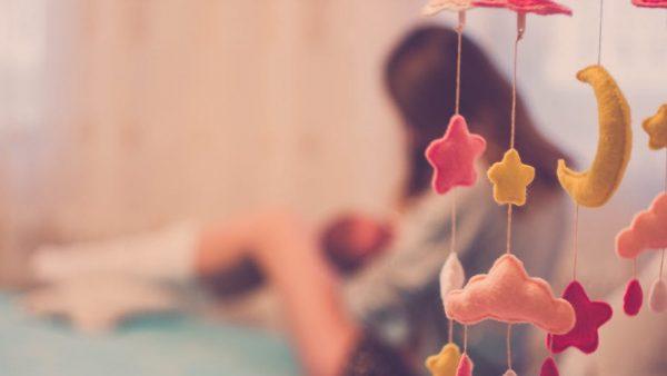 Vrouw deelt truc om baby de hele nacht door te laten slapen, maar niet iedereen is fan