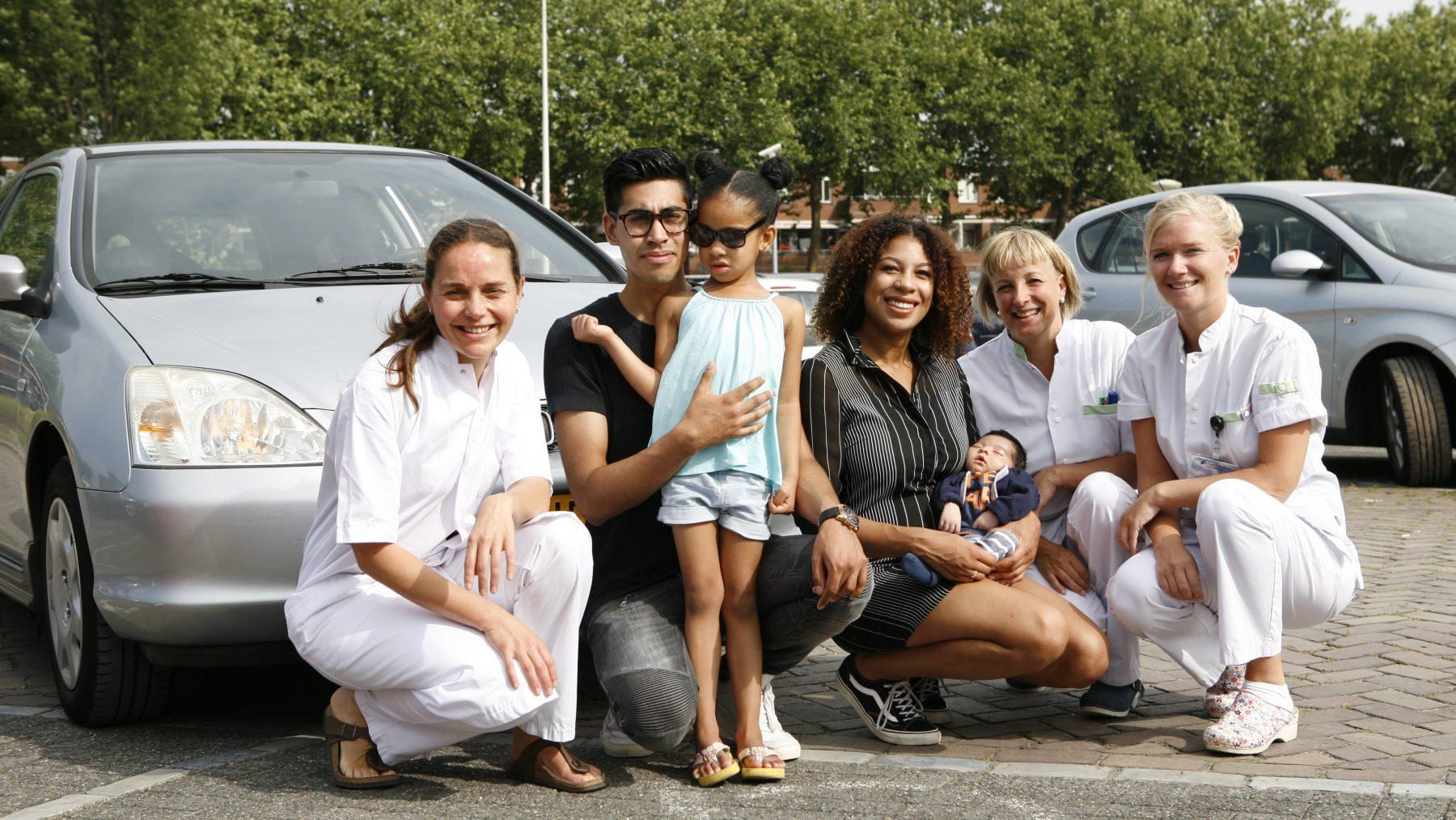 Naomie beviel op de parkeerplaats van het ziekenhuis