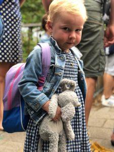 Emma's moeder over eerste schooldag: 'Zij ging lachend naar school en ik huilend naar huis'