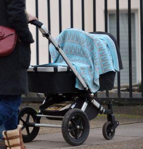 Geen dekentje op de kinderwagen, en meer tips van moeders over zon, hitte en je baby