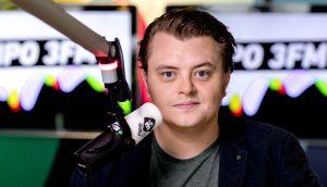 3FM-dj las wekenlang oud nieuwsbulletin voor (en niemand die het merkte)