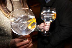 Schokkende foto's: dit doet het drinken van een gin-tonic met je tanden