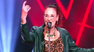 Rockchick Noble (71) zingt iedereen van zijn stoel in 'The Voice Senior'