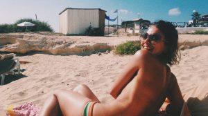 Onderzoek: zo preuts zijn we nou allemaal echt (van topless zonnen tot bloot door huis lopen)