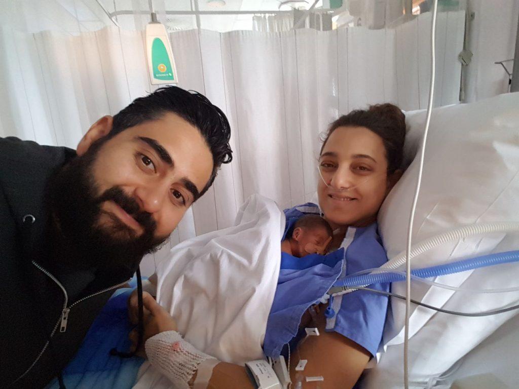 Christina's zoontje moest na de bevalling gereanimeerd worden: 'Hij was helemaal blauw'