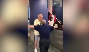 Zoon (55) is niet te houden als hij zijn vader (88) na een week eindelijk weer ziet