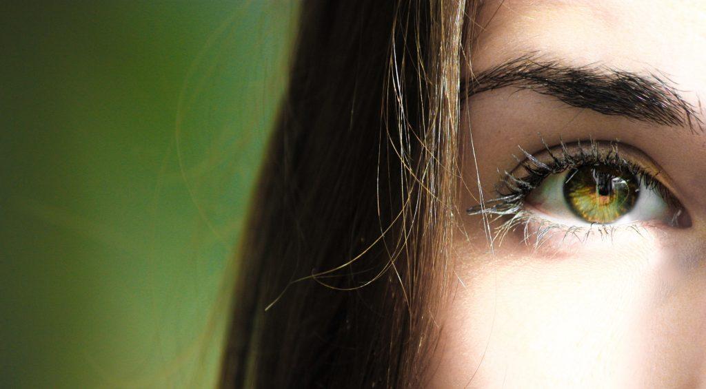 Alinda waarschuwt voor wimperserums: 'De oogarts had dit nog nooit gezien'