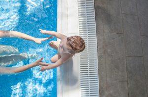 Je baby heel jong leren zwemmen: doodeng of noodzaak? Dit vinden jullie