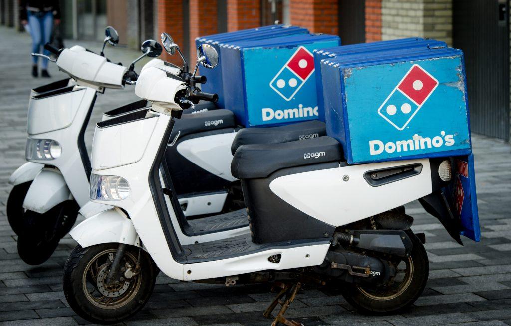 Opnieuw gaat een foto van een herdenkende pizzakoerier viral (maar nu is er ook kritiek)