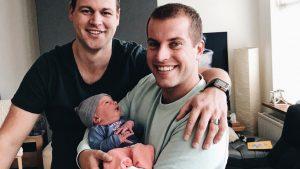 Afl. 1 Twee maanden terug kregen Ron en Duco een baby. Van een draagmoeder. Dit is hun vlog.