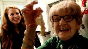 Afl. 11 Het verhaal achter de kuikentjes? Sanne gaat op de koffie bij Mevrouw Beren (91)