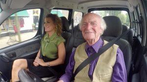 Tatum rijdt mee met de flirterige Roel (97): 'Ik heb drie vriendinnen.'
