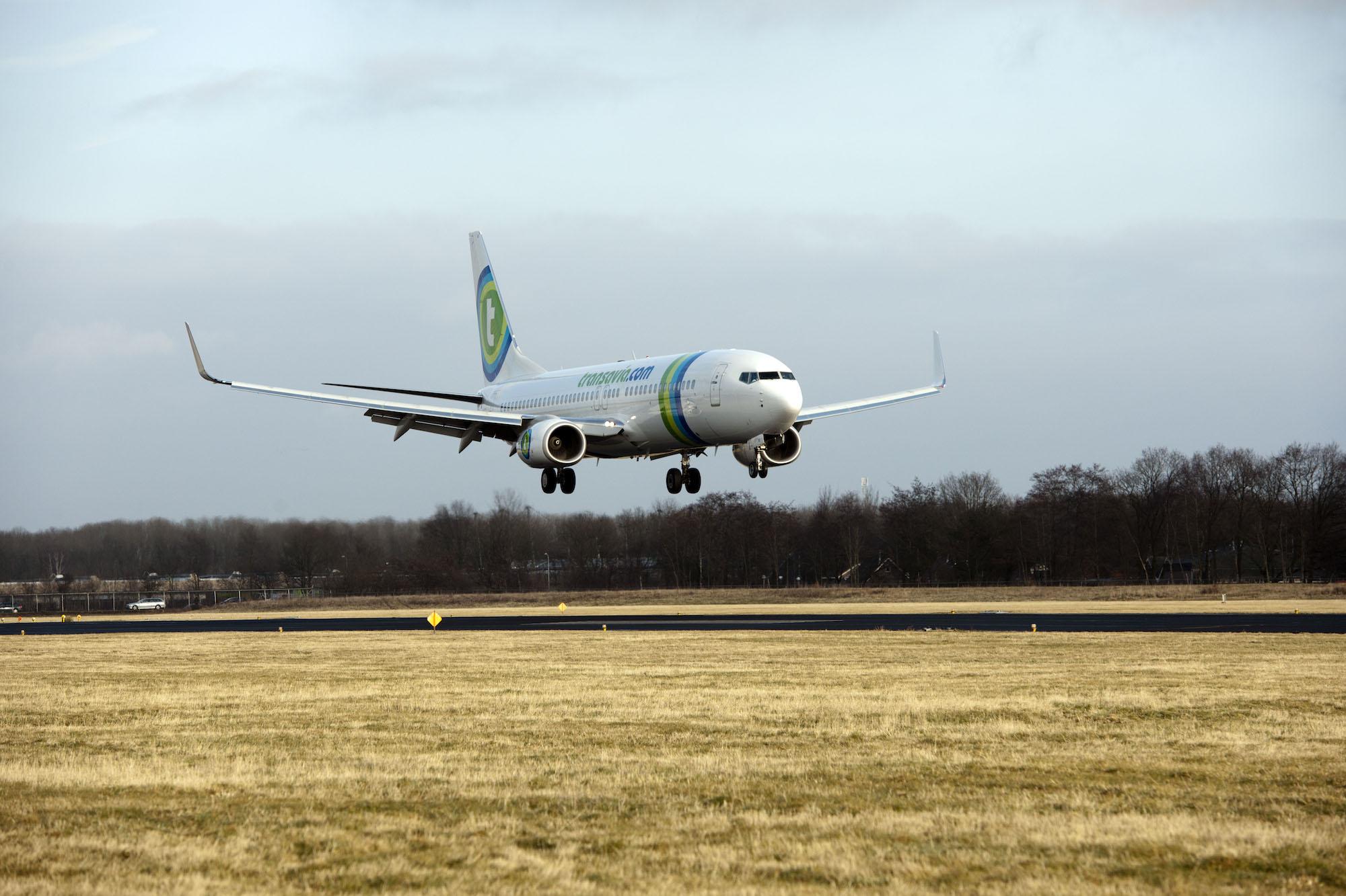 Thumbnail voor Vliegtuig maakt tussenstop om dronken passagier, crew vraagt inzittenden om hulp