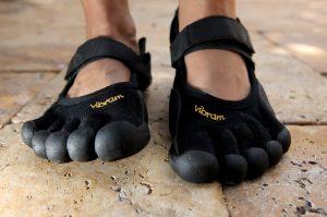 De teenschoen maakt rentree in modeland en daar krijgen wij eh, kromme tenen van