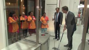 Moppende Mark Rutte gaat wereldwijd viral: 'Eindelijk een premier die eigen zooi opruimt'