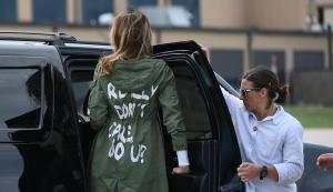 Gefronste wenkbrauwen om opdruk jas Melania Trump bij bezoek detentiecentrum