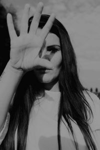 Nikki (27) schreef boek over seksuele afpersing: 'Ineens stond ik in lingerie op Dumpert'