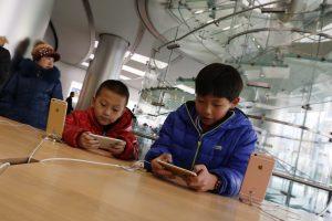 Je kind je telefoon geven? Het bezorgde deze moeder een geblokkeerde iPhone - voor 48 jaar