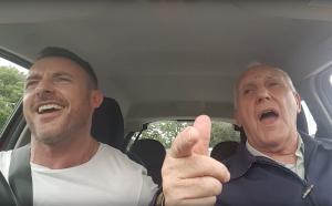 Deze man zingt met zijn dementerende vader in de auto en dat is een genot om naar te kijken