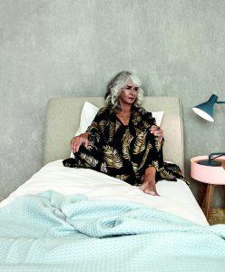 Marina (62) heeft last van slapeloosheid: 'Uit wanhoop sloeg ik een hele fles wijn achterover'