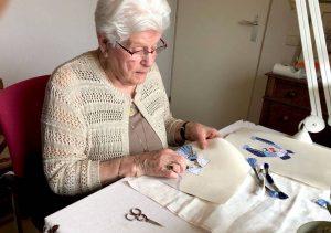 Oma Miet (85) borduurde kussende jongens voor kleinzoon en is nu een hit
