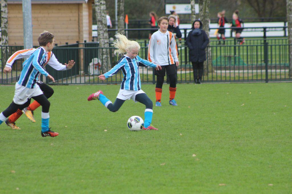 Roos (11) stuurt KNVB brief: 'Ik wil ook kunnen spelen bij een topclub'