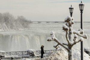 Prachtbeelden van (bijna) bevroren Niagara watervallen en kou in VS