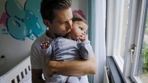 Bram bezorgd over dochter Sara (2) met spierziekte: 'Veel misbruik bij kinderen met beperking'