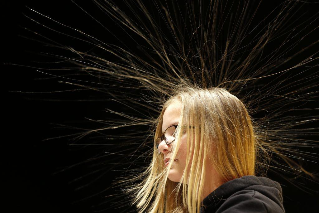 Dit moet je doen als je last hebt van statische schokken (of statisch haar)