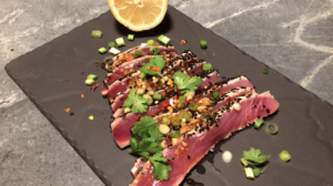 Seared tuna sashimi met gember, knoflook en sojasaus