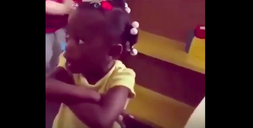 Mondige driejarige geeft crècheleidster op haar donder en gaat hele internet over