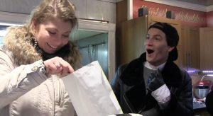 Mika en Pauline verkopen oliebollen: 'Do you want an appleflap or a ball?'