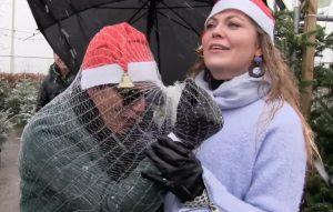 Mika en Pauline verkopen kerstbomen in de sneeuw: 'Wie verzint dit?'