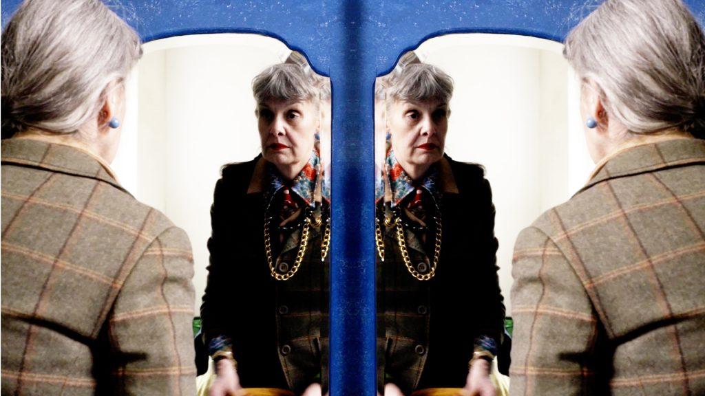 Anne-Marie: 'Ondanks m'n grijze haren, kleed ik me expressief en kleurrijk'
