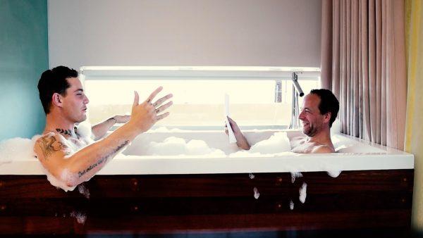 Douwe Bob vertelt bloot in bad over piemels, pyjama's en Patty Brard