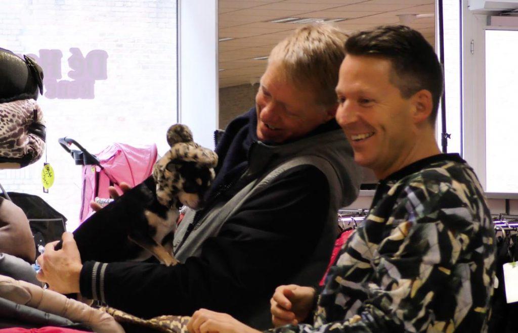 Afl. 12 Het vrolijk duo gaat op zoek naar een buggy. Voor hun chihuahua's