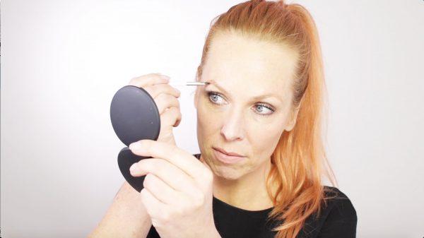 Pittig klusje: wenkbrauwen verven. Esther van Maanen leert jou de do's en don'ts.