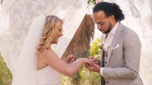 Astrid en Dave trouwden in Spanje. Bekijk hier hun sprookjeshuwelijk