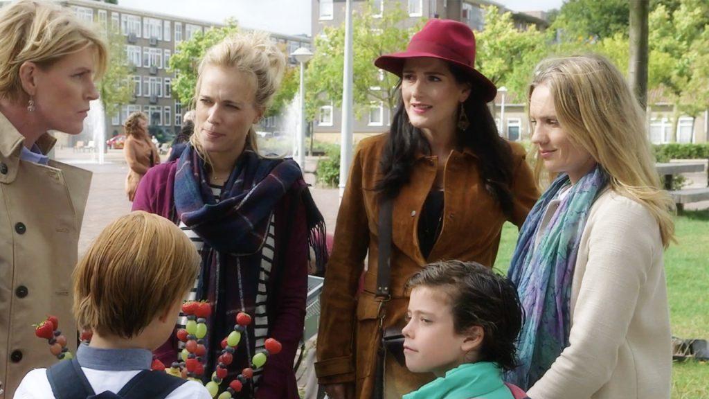 Afl. 20 Hoera. Anna, Caro en Esmée zijn terug. 'Niet te doen, die perfecte moeders.'