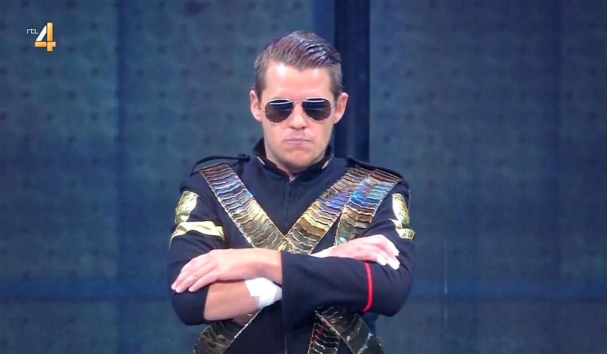 Wow, The King of Pop is éven terug. Kees Tol doet Michael Jackson in 'Dance Dance Dance'