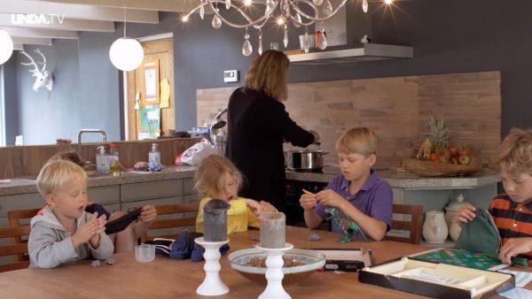 Moeder van zes (ja zés) kinderen en een pittige baan. Zo doet ze dat.