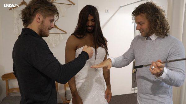 Onze mannen gaan bruidsjurken passen: 'Doe mij die bordeauxrode maar!'