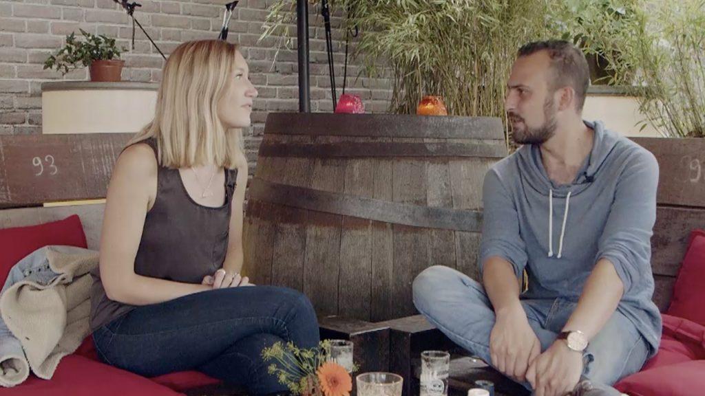 De Hollandse Adel drinkt een biertje met de Britse Naomi