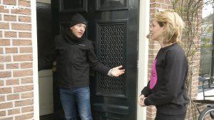 Iemand probeert je huis in te dringen. Hoe werk je diegene de deur uit?