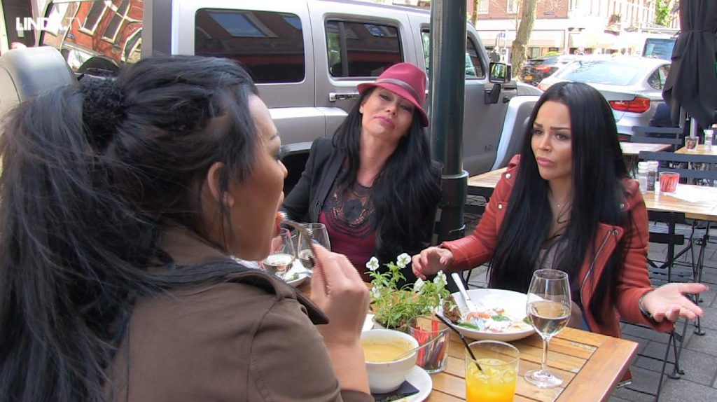 Afl. 4 De vriendinnen gaan lekker lunchen: 'Doe mij maar een wodka-jus.'