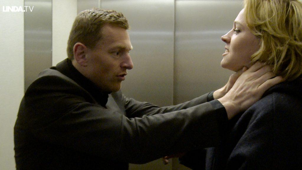 Loes wordt bepoteld in een lift. Moet ze keihard terugmeppen?