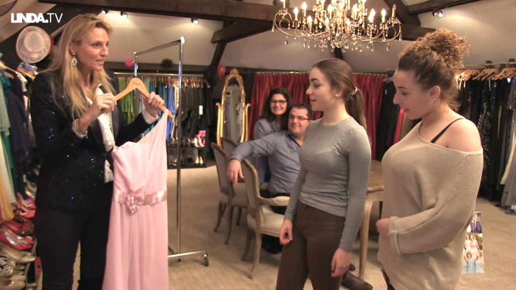 Laura zoekt jurken voor haar bridesmaids, maar die vinden niet alles even leuk...