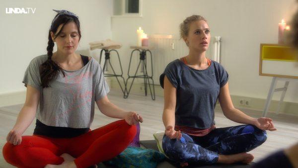 Afl. 7 Esmée bij yoga-les: 'Laat die rozijn maar lekker langs je gezicht glijden.'