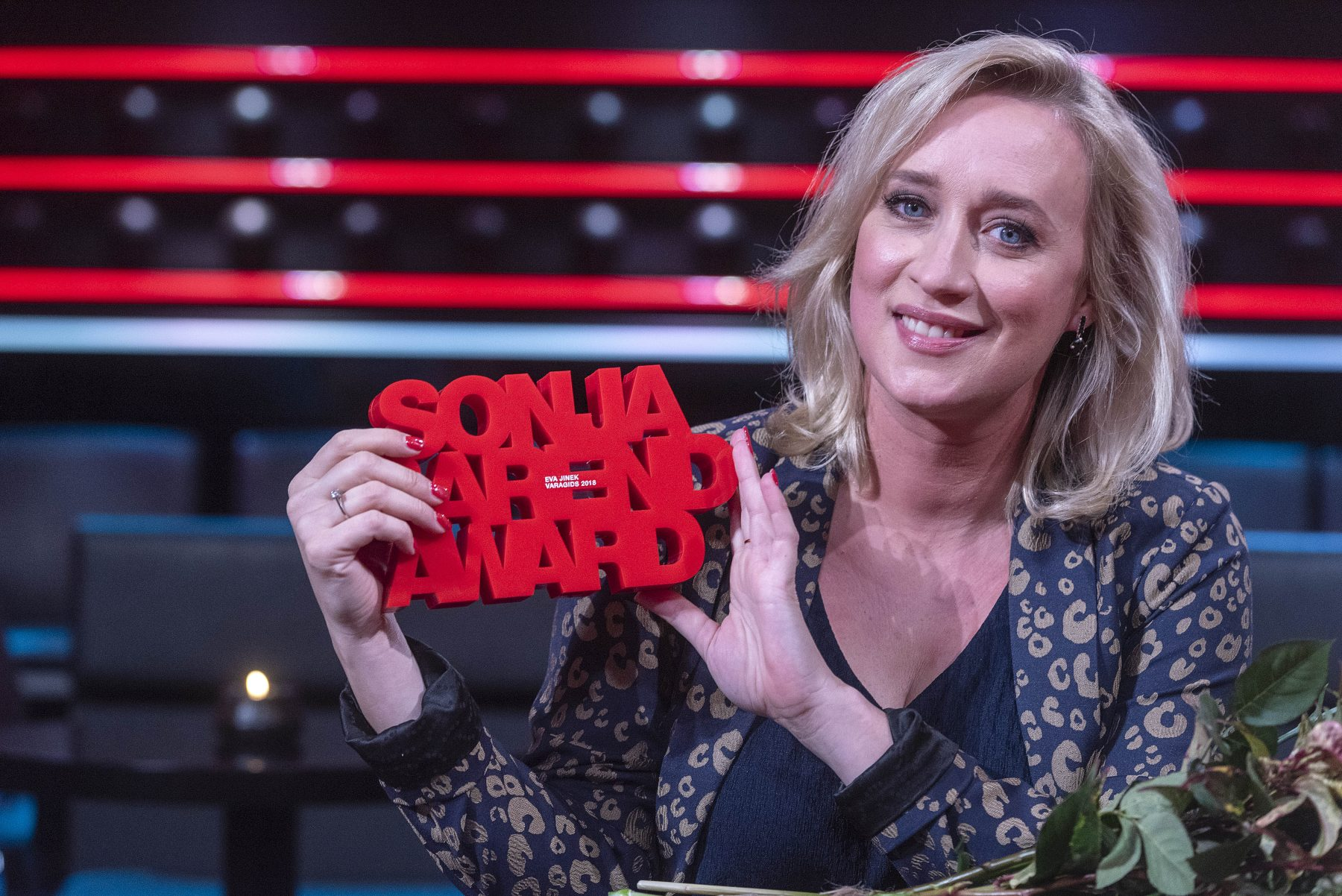 Geëmotioneerde Eva Jinek wint Sonja Barend Award voor Farid Azarkan-interview