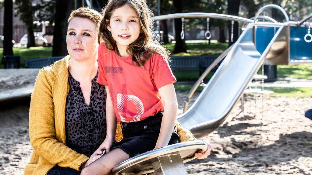 Afl. 1 Liv (7) vlogt over haar moeder die borstkanker heeft: 'Ik vind het stom'